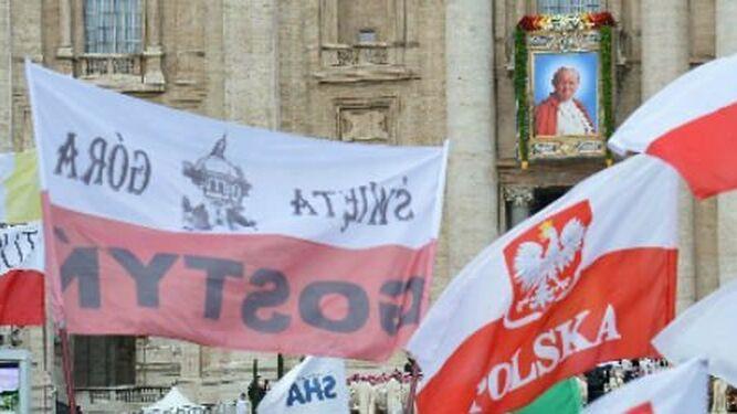 Fieles polacos durante una misa de acción de gracias en la plaza de San Pedro