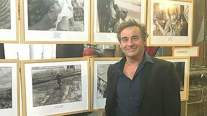 Eduard Fernández, en una exposición de fotografías del Araguaia de Pere