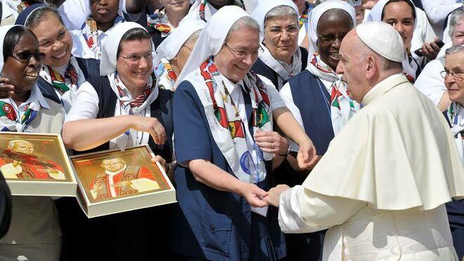 El Papa y monjas