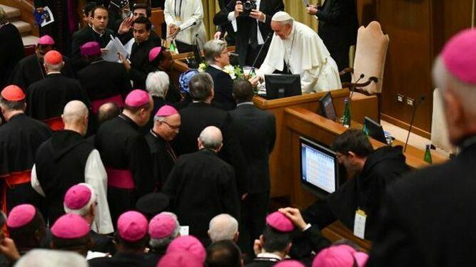 El Papa saluda a una religiosa en la cumbre anti-abusos