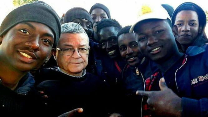 Monseñor Agrelo junto a migrantes africanos