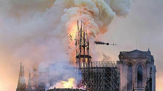 Momento del colapso de la aguja de Notre Dame