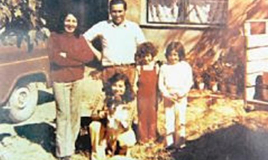 Martha y Wenceslao, con sus hijas