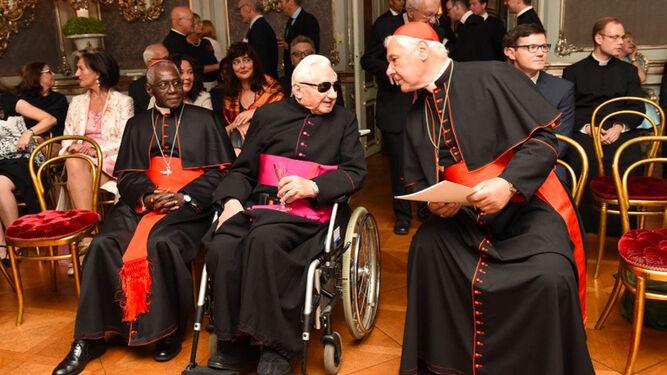 Müller, junto a Sarah y al hermano de Benedicto XVI, Georg Ratzinger
