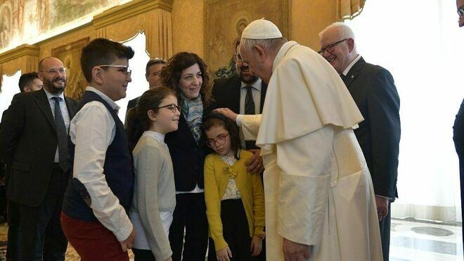 El Papa saluda a una niña