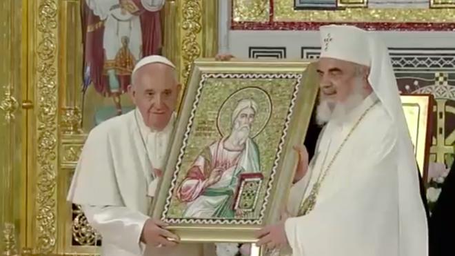 Francisco y Daniel, junto a un icono de San Andrés