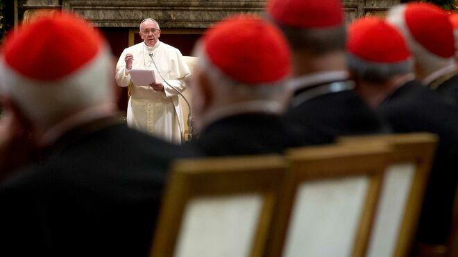 Cardenales escuchan al Papa Francisco