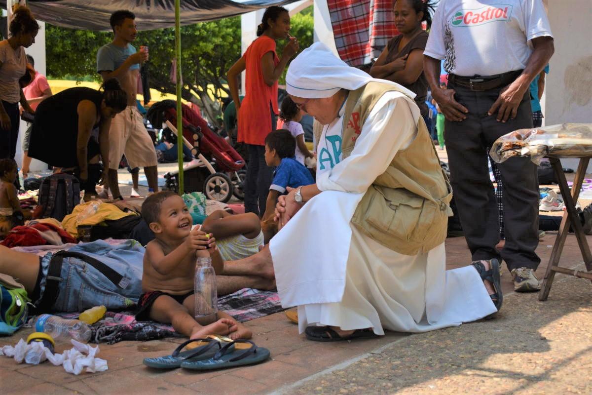 religiosa bebe migrante (2)