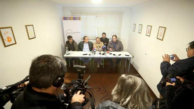 Los exseminaristas y denunciantes de haber sufrido abusos sexuales en el interior de la diócesis de Valparaíso: Gustavo Donoso (i), Marcelo Rodríguez (ci), Marcelo Soto (c) y Mauricio Pulgar (d), junto al testigo en la causa, Sebastián del Río (cd)