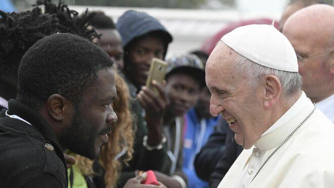 El Papa con un migrante en Bolonia