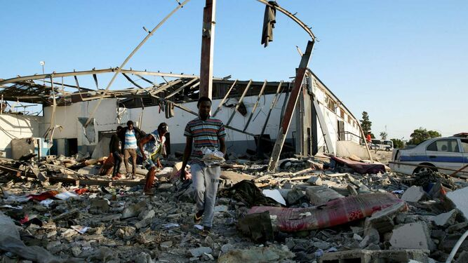 Bombardean un centro de detención de refugiados en Libia