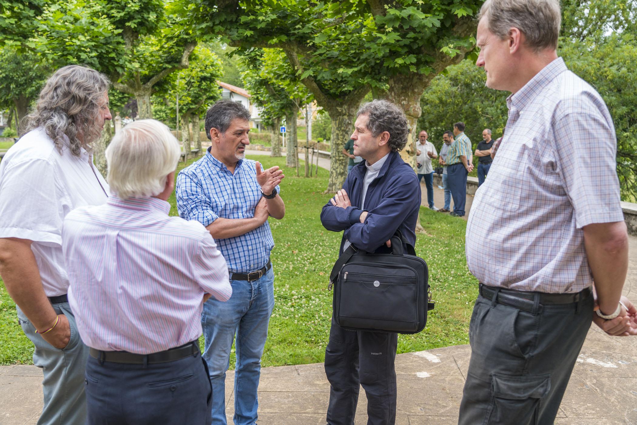 El obispo auxiliar de Bilbao visita a los Amigonianos