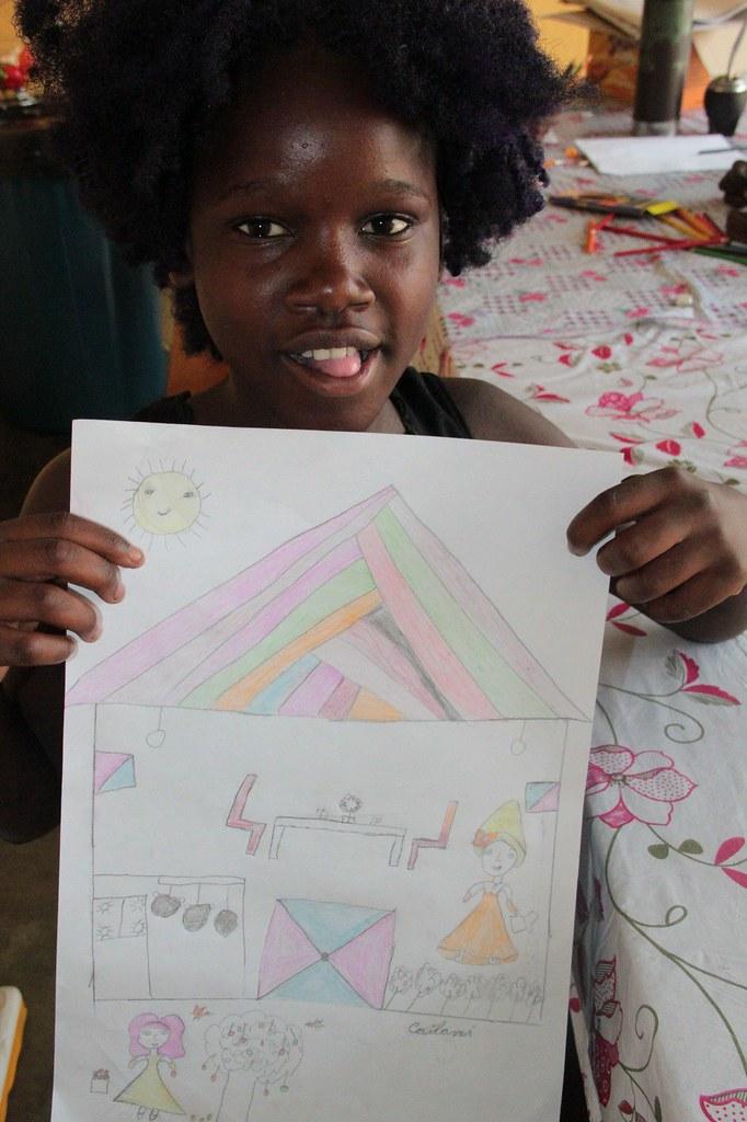 Cailani muestra orgullosa un dibujo suyo