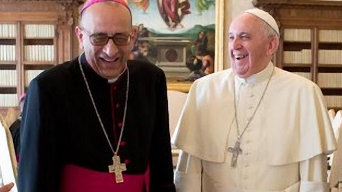 El Papa y el cardenal Omella sde ríen