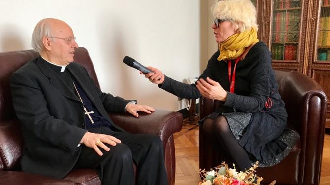Criatiane Murray entrevistando al cardenal Baldiseri