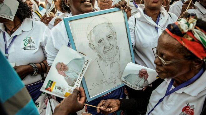 Fieles de Mozambique dan la bienvenida al Papa