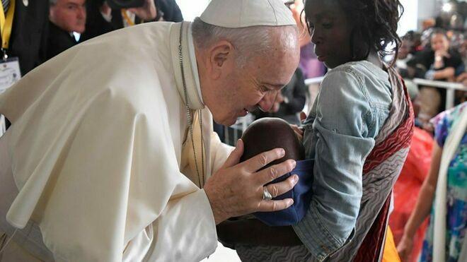 El Papa besa a un niño en Zimpeto