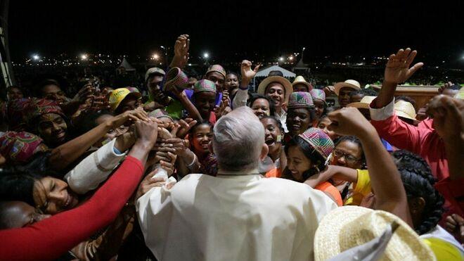 Francisco, rodeado por jóvenes en Antananarivo