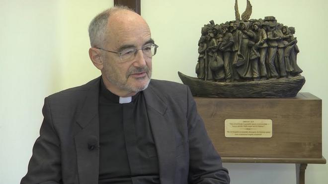 Michael Czerny y la escultura a los emigrantes