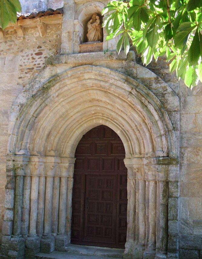 Puerta románica de la iglesia.jpg