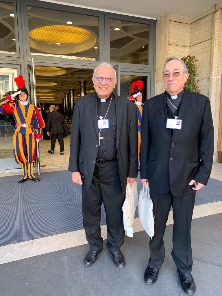 El cardenal Porras, con el cardenal Maradiaga, en el Sínodo