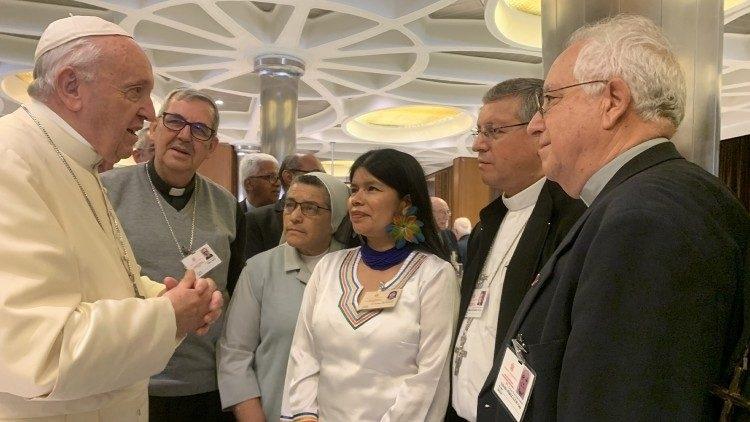 Patricia Gualinga con el Papa Francisco