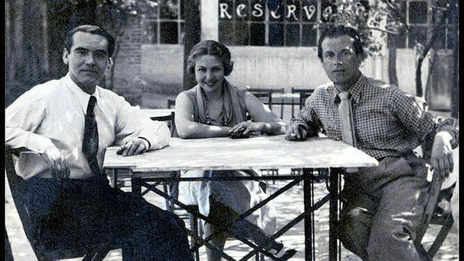 María Teresa León, en medio de Lorca y Alberti
