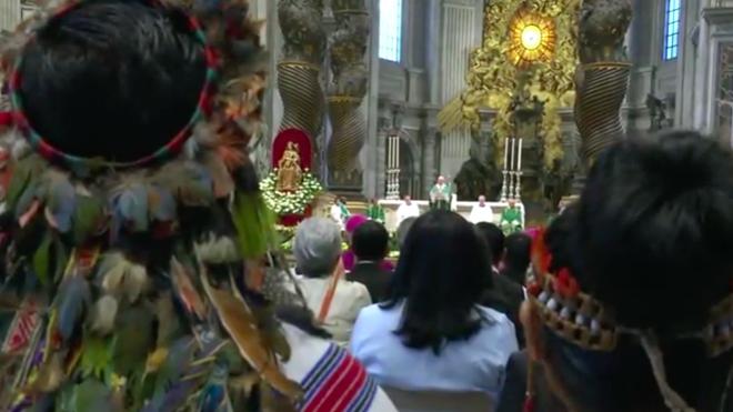 Los indígenas escuchan al Papa en el cierre del Sínodo de la Amazonía