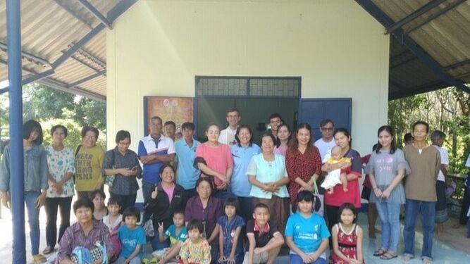 El misionero español en una de sus comunidades