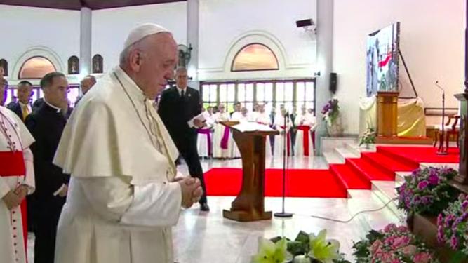 Francisco ora en la parroquia de San Pedro