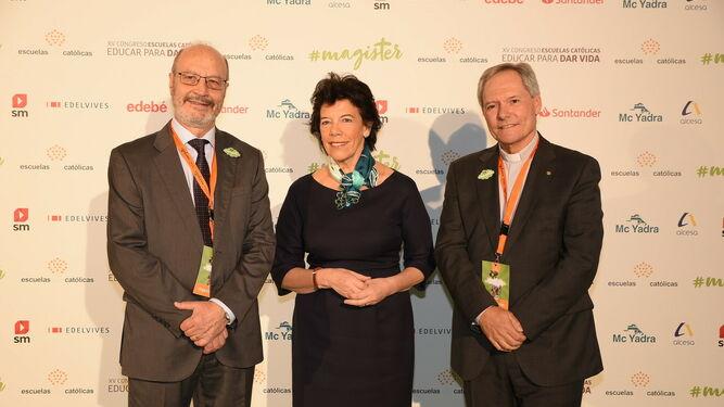 La ministra Celáa, junto a Pérez Godoy y Alvira, en el congreso de Escuelas Católicas