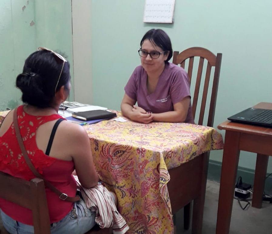 Jeaneth en su consulta del colegio