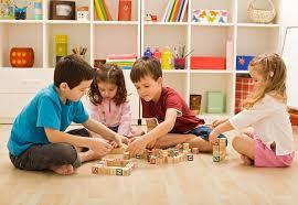 Niños jugando con reyes