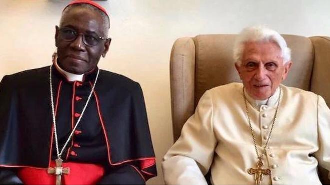 Ratzinger-cardenal-Sarah_2194890527_14245223_660x371