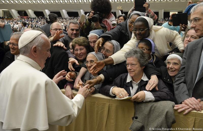 El Papa Francisco saluda a un grupo de religiosas