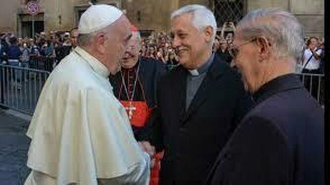 El papa Francisco saluda al nuevo general Arturo Sosa y al general saliente Adolfo Nicolás