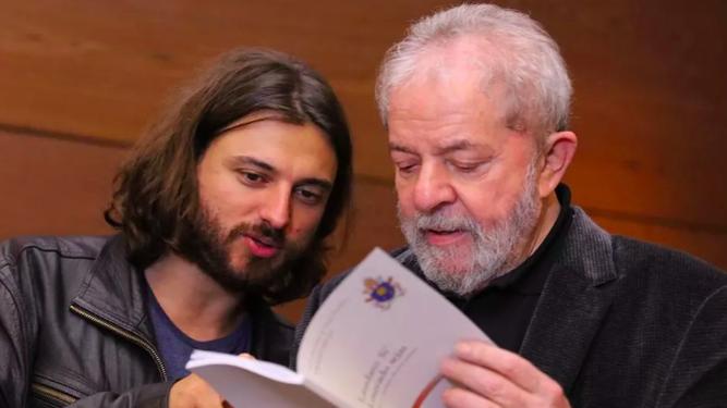 Lula da Silva, con un ejemplar de Laudato Si