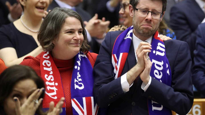 Eurodiputados cantan y lloran