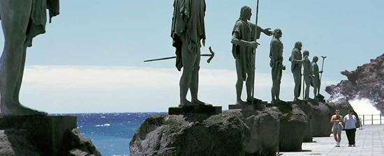 Guanches en la plaza de la Candelaria de Tenerife