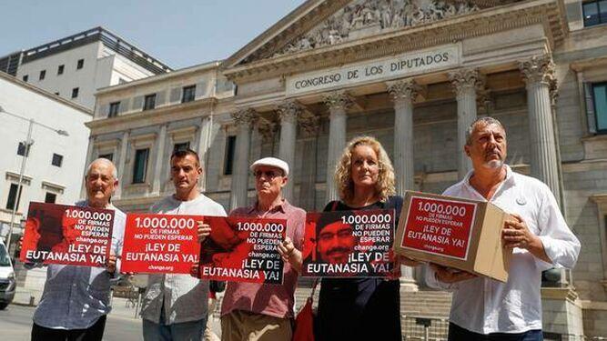 Distintos colectivos presentaron un millón de firmas por una ley de eutanasia
