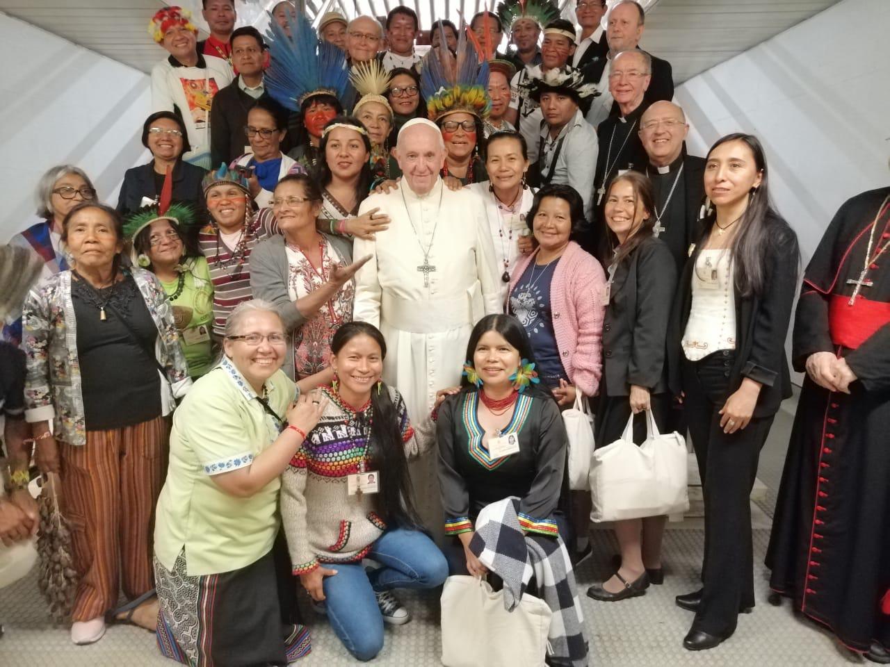 El Papa Francisco con los indígenas del Sínodo