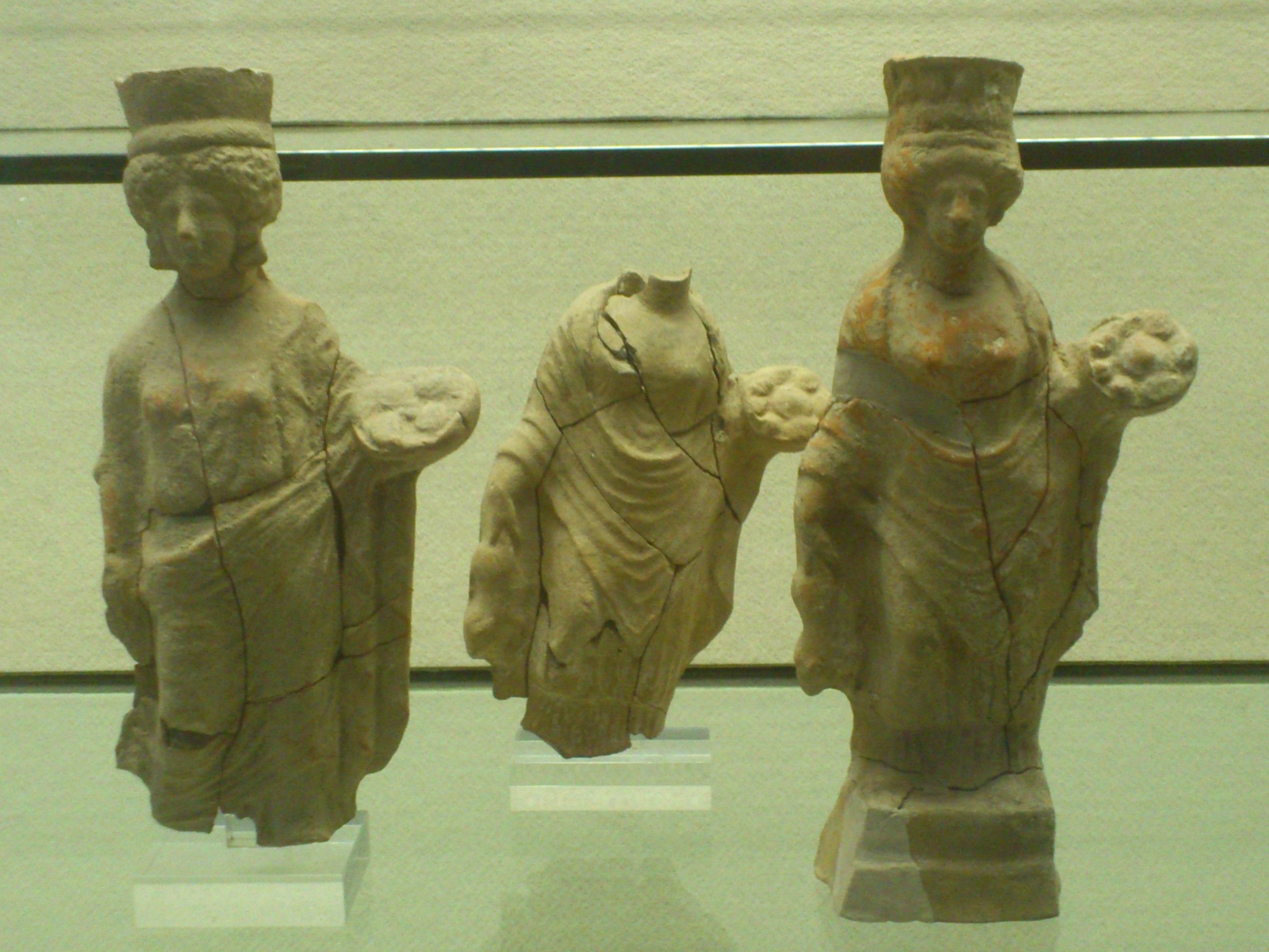 Estatuillas representando fieles del culto a Deméter on ofrendas