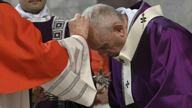 Miércoles de Ceniza: Sarah ordena que no se haga la señal de la cruz en la frente de los fieles para evitar el coronavirus