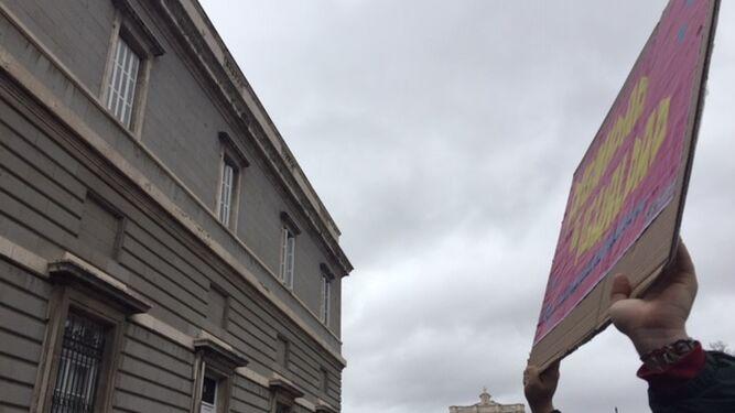 """Un joven alza un cartel feminista, en medio de la multitud de la """"revuelta"""" de mujeres"""