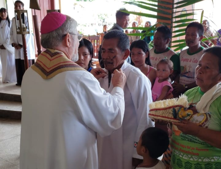 Monseñor Adolfo Zon reviste al nuevo diácono (1)