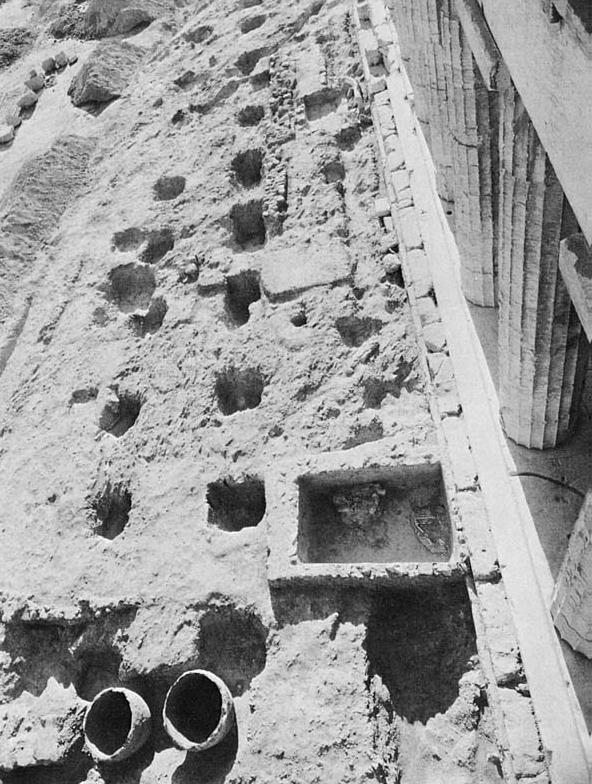 Templo de Hefesto agujeros para arbustos. Tomado de Garden Lore of Ancient Athens, p. 10.