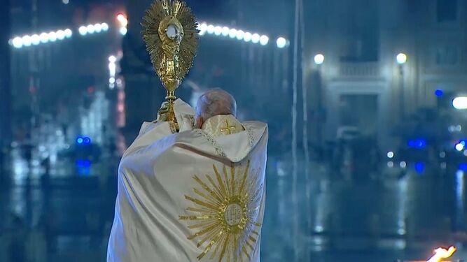 Papa bendice con el Santísimo