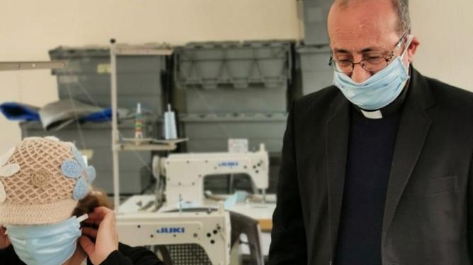 El padre Carlos Jaar, presidente de Mensajeros de la Paz en Jordania, en el taller de mascarillas