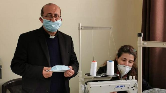 Antes dedicadas a coser los uniformes de la escuela, las mujeres refugiadas en Amman hoy hacen mascarillas