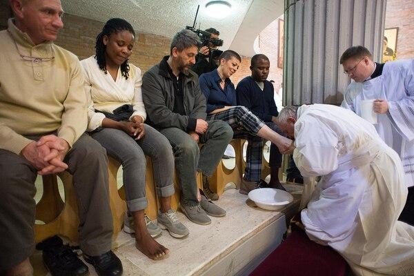 Francisco lava los pies de los que no cuentan